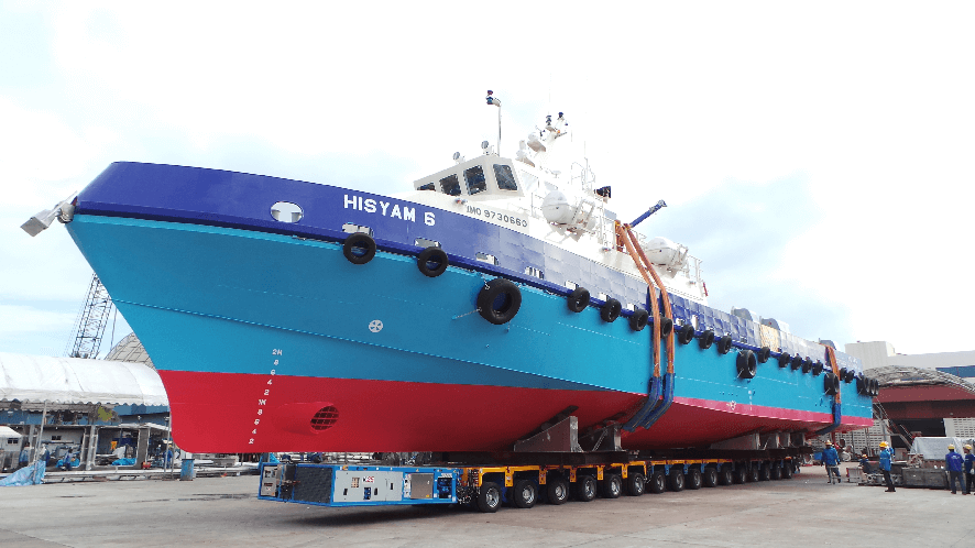 Safely stowed: the HISYAM 6 rolls forward on 6+10 K 25 H SP and K 25 H axle lines from the production hall in the direction of the water´s edge.